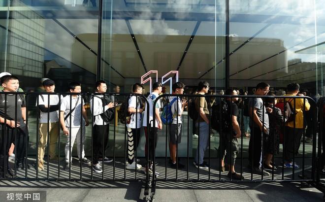 Chê xấu, không có 5G nhưng dân Trung Quốc vẫn chen nhau xếp hàng trong ngày mở bán iPhone 11