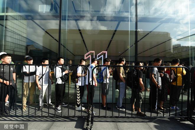 Chê xấu, không có 5G nhưng dân Trung Quốc vẫn chen nhau xếp hàng trong ngày mở bán iPhone 11 - Ảnh 3.