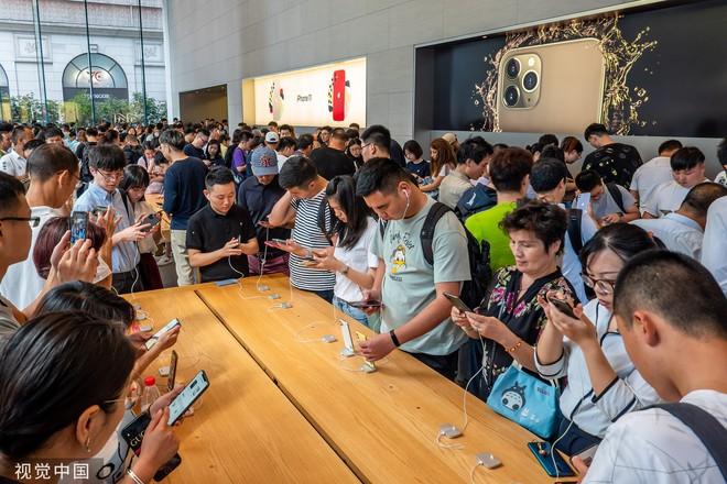 Chê xấu, không có 5G nhưng dân Trung Quốc vẫn chen nhau xếp hàng trong ngày mở bán iPhone 11 - Ảnh 5.