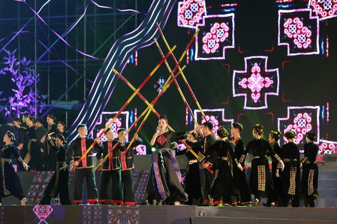 Tùng Dương đắm chìm trong sắc màu văn hoá tại buổi khai mạc Lễ hội Mường Lò - ảnh 3