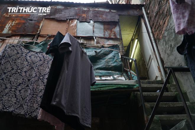 Chuyện hy hữu giữa Thủ đô: Cặp vợ chồng sống trên nóc nhà vệ sinh suốt… 44 năm - ảnh 1