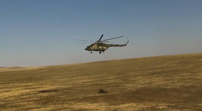 Trực thăng Mi-8 của Nga làm điều không tưởng: Đưa cả trận địa pháo D-30 lên trời! - Ảnh 1.