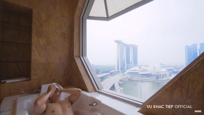 Vũ Khắc Tiệp lộ cảnh trong bồn tắm, ăn sáng tại khách sạn 6 sao giá gần 50 triệu một đêm tại Singapore - Ảnh 5.