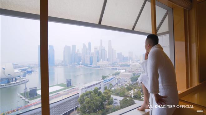 Vũ Khắc Tiệp lộ cảnh trong bồn tắm, ăn sáng tại khách sạn 6 sao giá gần 50 triệu một đêm tại Singapore - Ảnh 4.