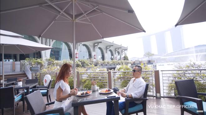 Vũ Khắc Tiệp lộ cảnh trong bồn tắm, ăn sáng tại khách sạn 6 sao giá gần 50 triệu một đêm tại Singapore - Ảnh 6.