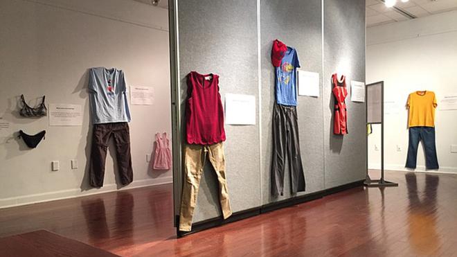 Bỉ mở triển lãm những trang phục của nạn nhân hiếp dâm để chứng minh việc ăn mặc thế nào không hề là nguyên nhân khiến phụ nữ bị cưỡng bức - Ảnh 10.
