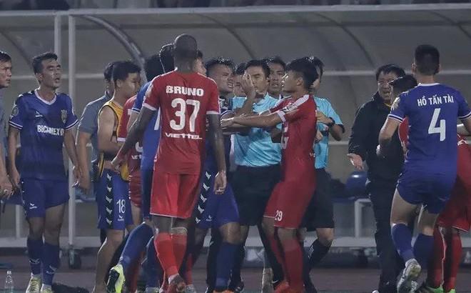 """Trọng tài FIFA """"bẻ còi"""" trận Viettel - B.Bình Dương sẽ bị xử rất nặng"""