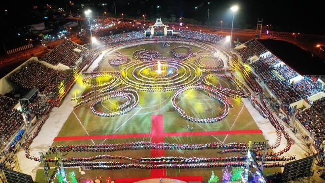 Tùng Dương đắm chìm trong sắc màu văn hoá tại buổi khai mạc Lễ hội Mường Lò - ảnh 1
