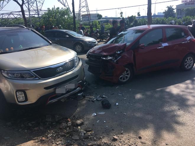 Hiện trường vụ tai nạn khiến phố Hà Nội xôn xao chiều Chủ Nhật - Ảnh 1.