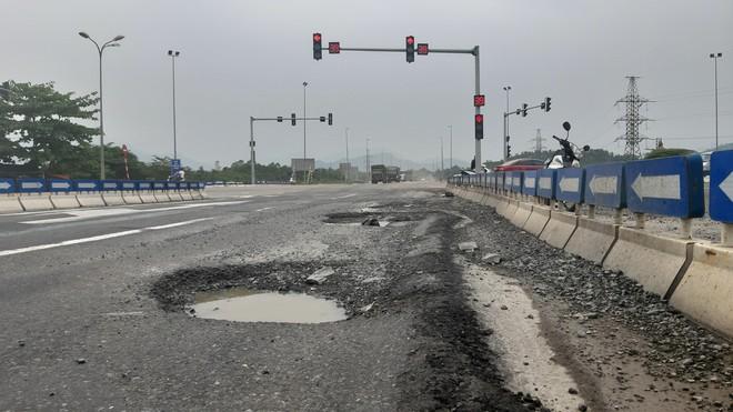 Cận cảnh ổ voi, ổ gà trên đường cao tốc 34.000 tỉ đồng - ảnh 3