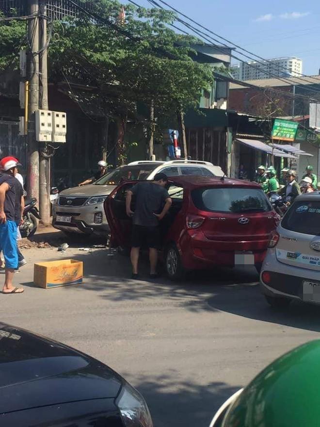 Hiện trường vụ tai nạn khiến phố Hà Nội xôn xao chiều Chủ Nhật - Ảnh 2.