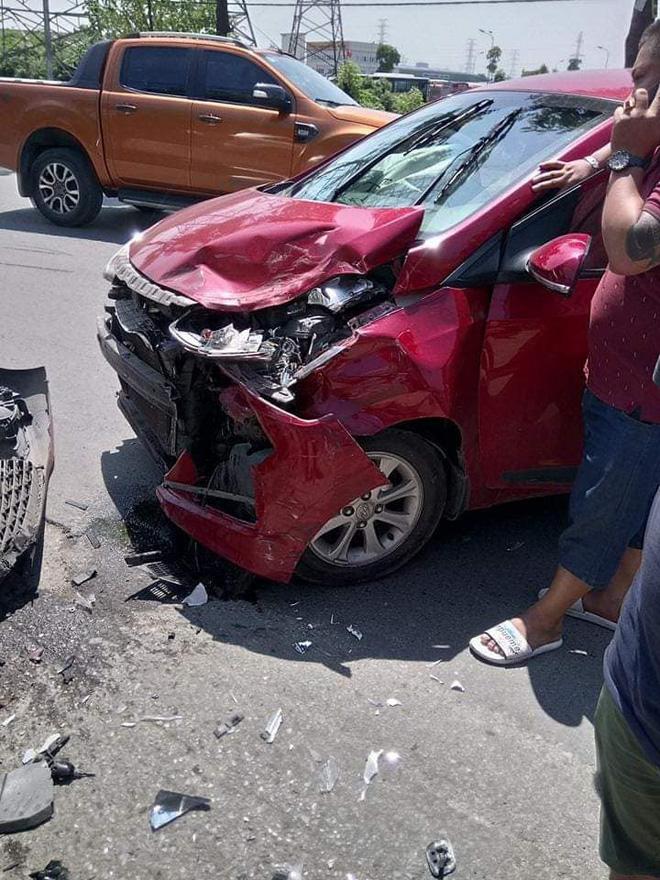 Hiện trường vụ tai nạn khiến phố Hà Nội xôn xao chiều Chủ Nhật - Ảnh 3.
