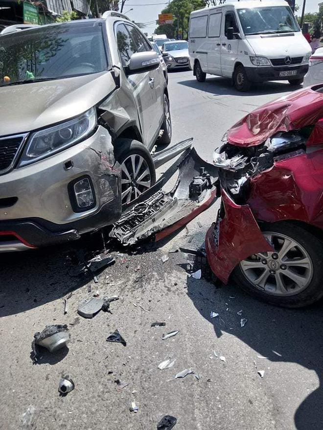 Hiện trường vụ tai nạn khiến phố Hà Nội xôn xao chiều Chủ Nhật - Ảnh 5.