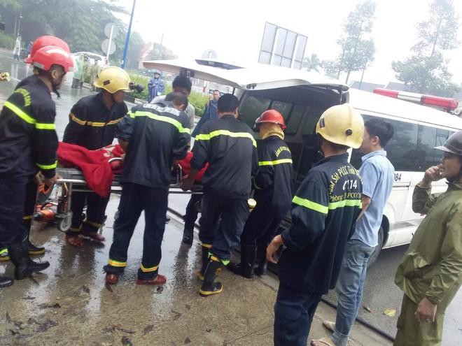Xe khách tông xe máy, lao vào gốc cây khiến 39 hành khách mắc kẹt, la hét cầu cứu - Ảnh 2.
