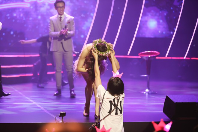 Hari Won bật khóc trước hàng ngàn khán giả - Ảnh 11.