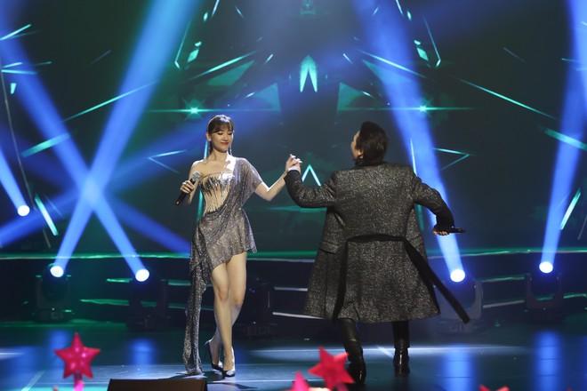Hari Won bật khóc trước hàng ngàn khán giả - Ảnh 10.