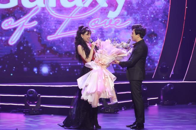 Hari Won bật khóc trước hàng ngàn khán giả - Ảnh 4.