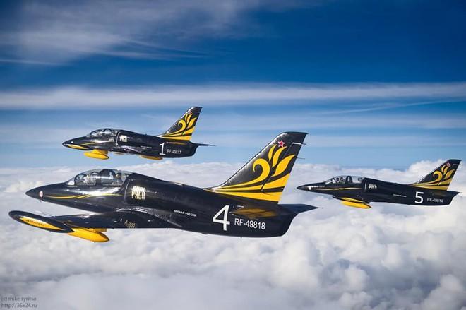 Đội biểu diễn Rus nổi tiếng Nga tổ chức ban bay chưa từng có cho 5 phi công KQ Việt Nam - Ảnh 7.