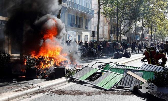 Nghệ sĩ thản nhiên chơi piano giữa lúc cảnh sát Pháp đuổi người biểu tình - Ảnh 4.