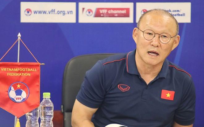 HLV Park Hang-seo bị hỏi vặn về Huy Toàn, Văn Quyết: