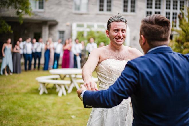 Chờ đợi mãi để thấy cô dâu trong bộ váy cưới, chú rể không ngờ lại bị chơi khăm, cộng đồng mạng được phen cười chảy nước mắt - Ảnh 1.