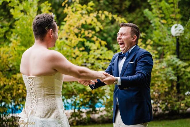 Chờ đợi mãi để thấy cô dâu trong bộ váy cưới, chú rể không ngờ lại bị chơi khăm, cộng đồng mạng được phen cười chảy nước mắt - Ảnh 2.