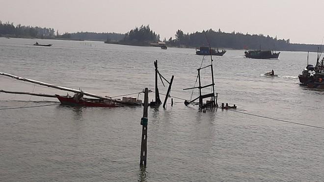 Tàu cá nổ như bom làm 2 người tử vong: Người dân đứng trên bờ cầu nguyện phép màu đến - ảnh 1