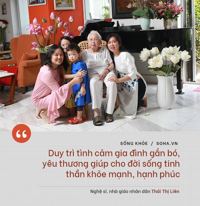 Bí quyết từ 'người mẹ vĩ đại' 102 tuổi của NSND Đặng Thái Sơn: Thể dục, thiên nhiên, nước muối... và mỹ phẩm - ảnh 9
