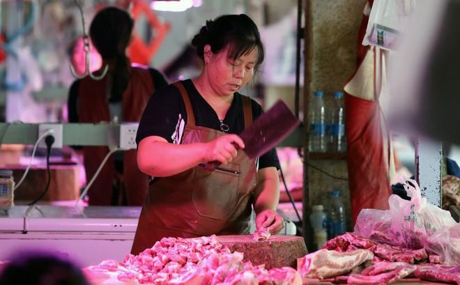 """TQ bán đấu giá thịt lợn: 10.000 tấn sẽ hết bay trong một tiếng rưỡi, hành động như """"muối bỏ bể""""?"""