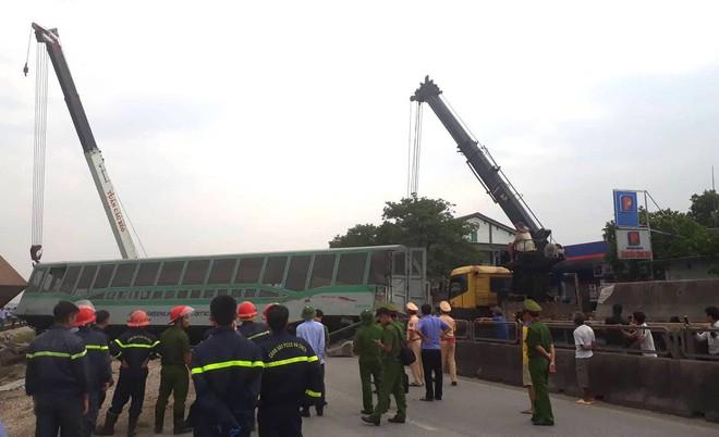 Toàn cảnh hiện trường vụ tai nạn tàu hỏa, 4 toa tàu bị lật, 2 ô tô và xe máy nát bét - Ảnh 17.
