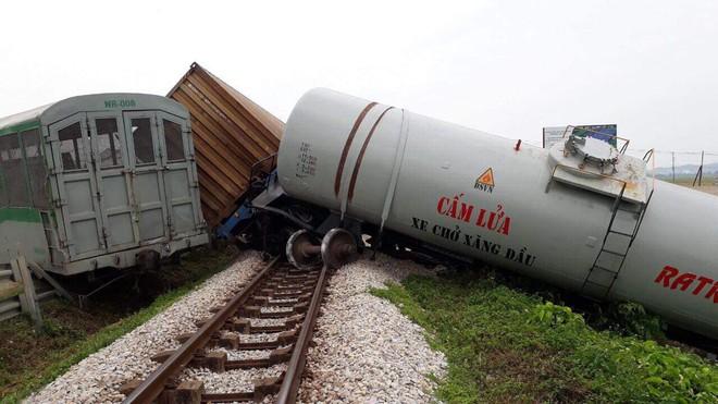 Toàn cảnh hiện trường vụ tai nạn tàu hỏa, 4 toa tàu bị lật, 2 ô tô và xe máy nát bét - Ảnh 10.
