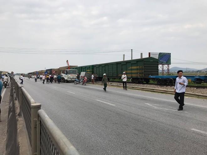 4 toa tàu hàng lật ra quốc lộ sau va chạm kinh hoàng với xe tải ở Nghệ An - Ảnh 1.