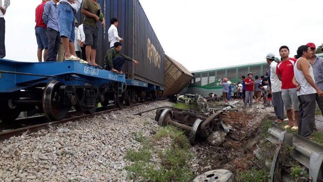Toàn cảnh hiện trường vụ tai nạn tàu hỏa, 4 toa tàu bị lật, 2 ô tô và xe máy nát bét - Ảnh 15.