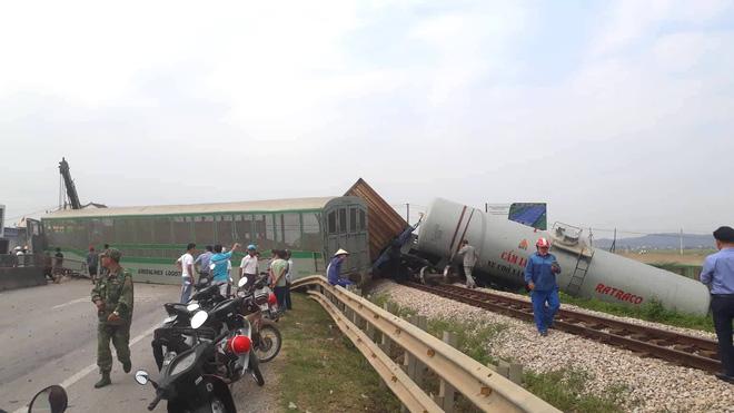 Toàn cảnh hiện trường vụ tai nạn tàu hỏa, 4 toa tàu bị lật, 2 ô tô và xe máy nát bét - Ảnh 1.