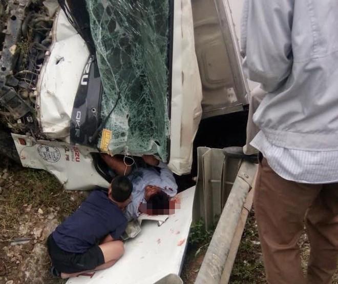 Toàn cảnh hiện trường vụ tai nạn tàu hỏa, 4 toa tàu bị lật, 2 ô tô và xe máy nát bét - Ảnh 4.