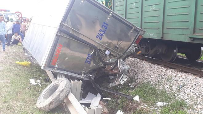 Toàn cảnh hiện trường vụ tai nạn tàu hỏa, 4 toa tàu bị lật, 2 ô tô và xe máy nát bét - Ảnh 2.