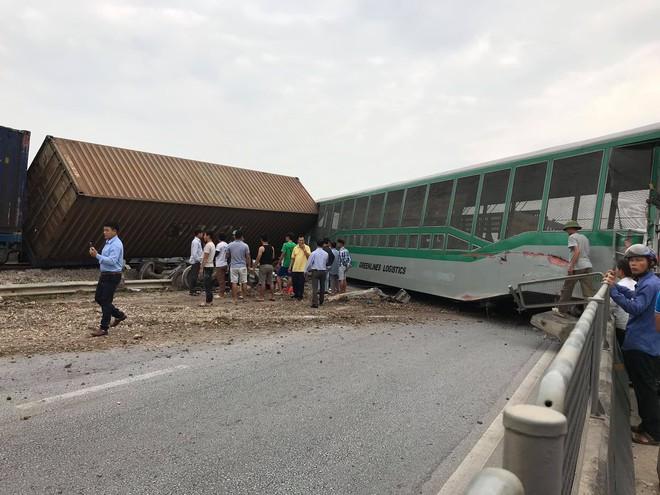 Toàn cảnh hiện trường vụ tai nạn tàu hỏa, 4 toa tàu bị lật, 2 ô tô và xe máy nát bét - Ảnh 8.