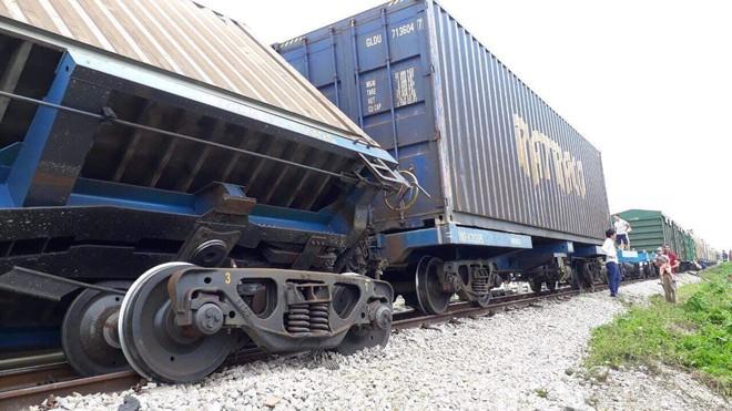 Toàn cảnh hiện trường vụ tai nạn tàu hỏa, 4 toa tàu bị lật, 2 ô tô và xe máy nát bét - Ảnh 7.