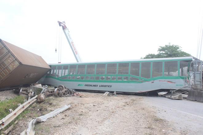 Toàn cảnh hiện trường vụ tai nạn tàu hỏa, 4 toa tàu bị lật, 2 ô tô và xe máy nát bét - Ảnh 5.