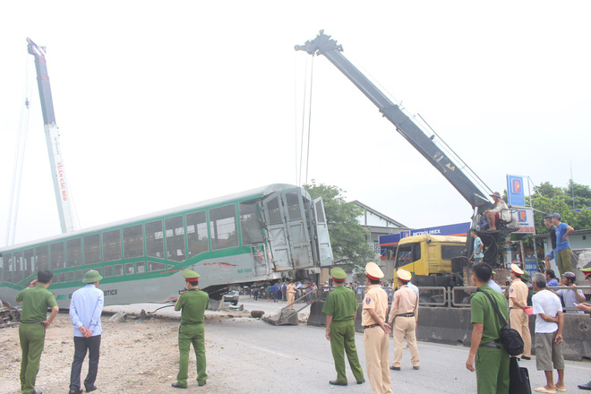 Toàn cảnh hiện trường vụ tai nạn tàu hỏa, 4 toa tàu bị lật, 2 ô tô và xe máy nát bét - Ảnh 16.