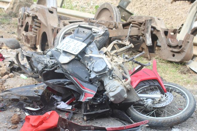 Toàn cảnh hiện trường vụ tai nạn tàu hỏa, 4 toa tàu bị lật, 2 ô tô và xe máy nát bét - Ảnh 14.