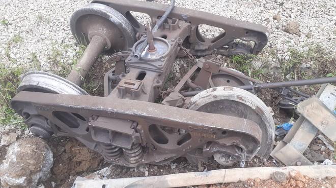 Toàn cảnh hiện trường vụ tai nạn tàu hỏa, 4 toa tàu bị lật, 2 ô tô và xe máy nát bét - Ảnh 12.