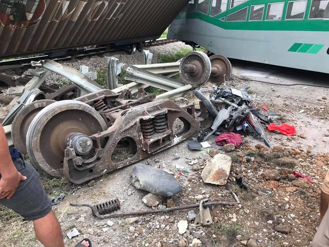 Toàn cảnh hiện trường vụ tai nạn tàu hỏa, 4 toa tàu bị lật, 2 ô tô và xe máy nát bét - Ảnh 13.