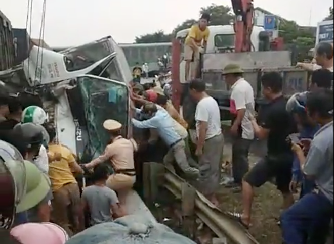 Toàn cảnh hiện trường vụ tai nạn tàu hỏa, 4 toa tàu bị lật, 2 ô tô và xe máy nát bét - Ảnh 3.