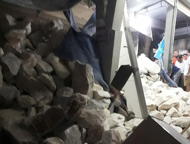 Xe tải chở đá bị lật làm sập nhà dân ở Nghệ An - Ảnh 1.