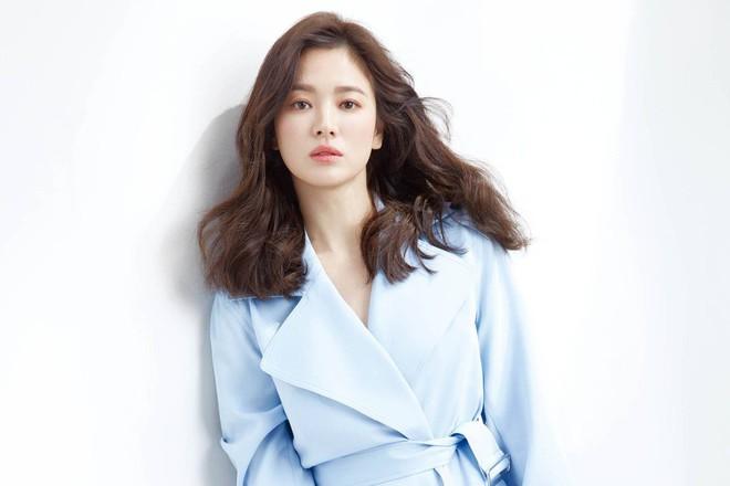 Hai thái cực hậu ly hôn mang tên Song Hye Kyo - Goo Hye Sun: Kẻ ngẩng cao đầu bước ra khỏi tình yêu hết hạn, người cô đơn bám víu lấy tấm áo hôn nhân rách nát  - Ảnh 2.