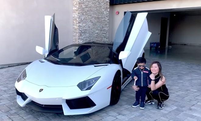 Vợ Đan Trường lái siêu xe 20 tỷ đưa con trai đi dạo - Ảnh 1.