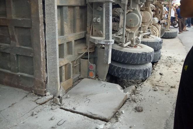 Xe tải chở đá bị lật làm sập nhà dân ở Nghệ An - Ảnh 2.