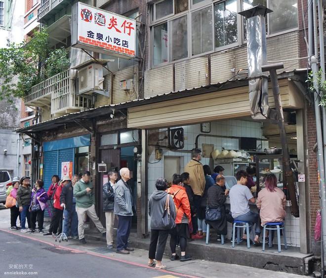 Miễn phí bữa cơm cho 2 bà cháu, hơn 1 tháng sau, cảnh tượng trước cửa tiệm khiến chủ quán vội huy động người đến giúp - Ảnh 2.