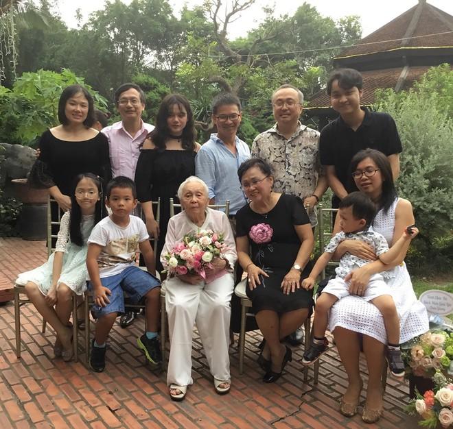 Bí quyết từ 'người mẹ vĩ đại' 102 tuổi của NSND Đặng Thái Sơn: Thể dục, thiên nhiên, nước muối... và mỹ phẩm - Ảnh 10.